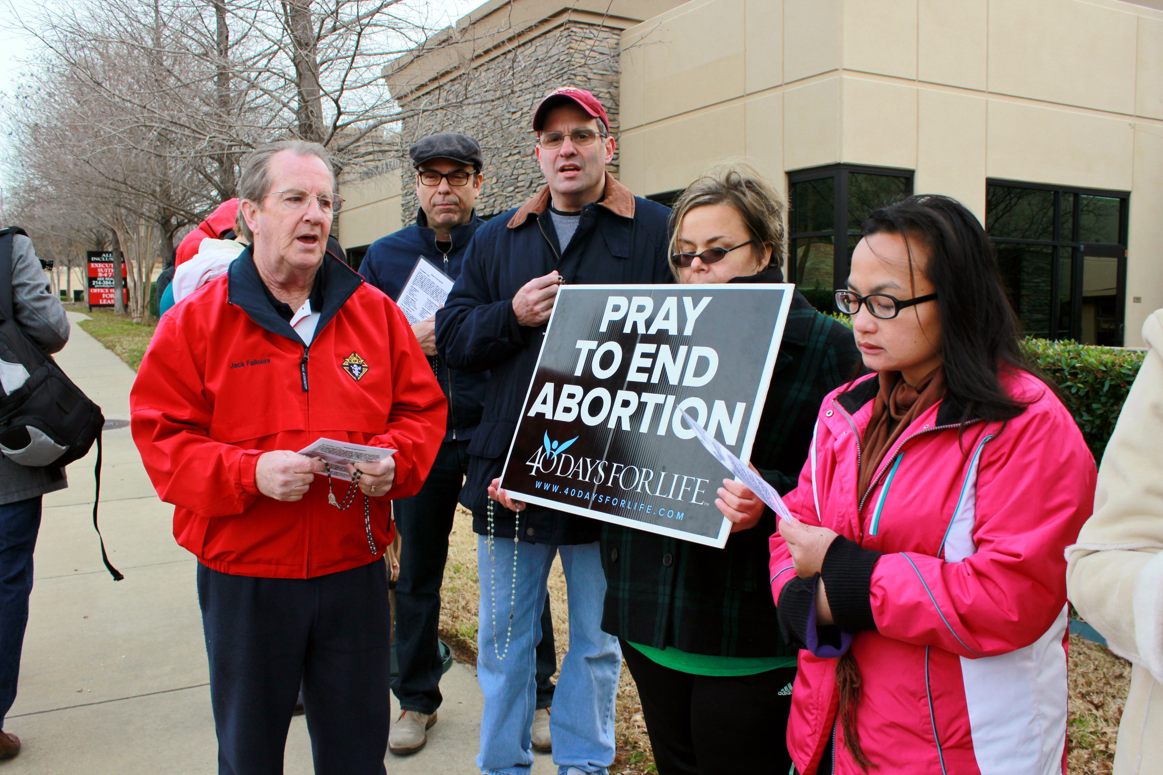 people praying outside abortion facility